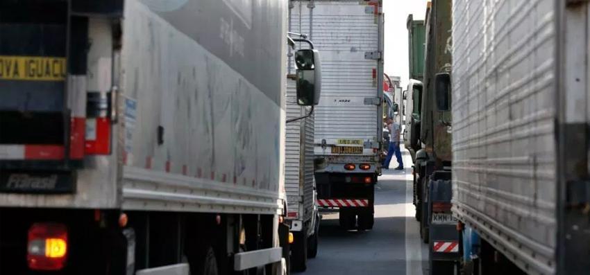 Governo suspende tabela de fretes rodoviários após ameaça de greve de caminhoneiros.