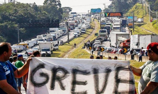 Associação que convocou greve dos caminhoneiros se retira do movimento